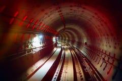 Túnel railway subterrâneo com luzes coloridas Fotografia de Stock