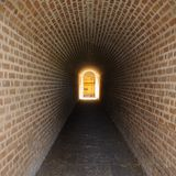 Túnel secreto que conduz à porta mágica Fotografia de Stock