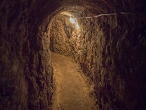 Túnel siniestro, asustadizo a una bodega Fotos de archivo