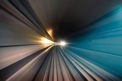 Túnel subterráneo del metro del subterráneo con las luces borrosas imágenes de archivo libres de regalías
