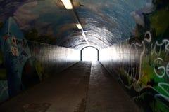 Túnel subterrâneo com grafittis fotos de stock royalty free
