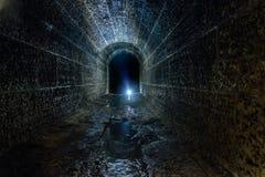 Túnel subterrâneo inundado arcado histórico velho escuro e assustador da drenagem fotos de stock royalty free