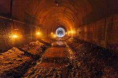 Túnel sucio oxidado viejo abandonado de la explotación minera del metal Fotografía de archivo libre de regalías