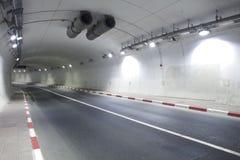 Túnel urbano del camino de la carretera Imágenes de archivo libres de regalías