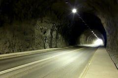Túnel vazio no Chile com luz brilhante na extremidade imagem de stock