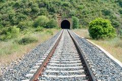 Túnel viejo del tren con el ferrocarril Imagen de archivo libre de regalías