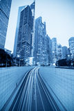 Túnel y edificio moderno en Shangai Fotos de archivo