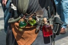 Túnica negra, bolsa de cuero de la poción y daga fotografía de archivo libre de regalías