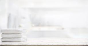 Tücher auf Marmortabelle im Badezimmer Stockbild