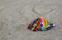 Tücher, die auf dem Strand durch einen missbräuchlichen Verkäufer nach Polizei Überfluss haben Lizenzfreie Stockbilder