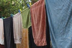 Tücher, die auf einer Wäscheleine trocknen Lizenzfreie Stockfotos
