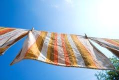 Tücher, die am Seil hängen lizenzfreie stockbilder