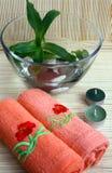 Tücher, Kerzen, Schüssel mit Wasser, Kiesel und Plan Lizenzfreies Stockfoto