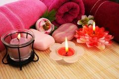 Tücher, Seifen, Blumen, Kerzen Stockbild