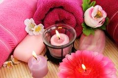 Tücher, Seifen, Blumen, Kerzen Stockfoto
