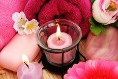 Tücher, Seifen, Blumen, Kerzen Stockfotos