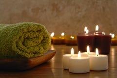 Tücher und Aromatherapy Kerzen in einem Badekurort Stockbilder