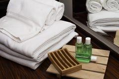 Tücher und Seifenausrüstungen im Hotelbadezimmer lizenzfreie stockfotos
