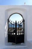 Tür über Ägäischem Meer in Santorini Stockbild