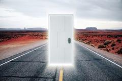 Tür auf der Straße zu einer parallelen Welt mit einem Glühen Stockbild