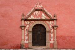 Tür auf der typischen Kolonialkirche in Huichapan Stockbild