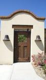 Tür auf Garten-Wand Lizenzfreie Stockbilder