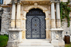 Tür auf Peles Museum in Sinaia, Rumänien. Lizenzfreies Stockbild