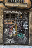 Tür bedeckt mit Graffiti Lizenzfreies Stockfoto