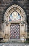 Tür der Basilika von St Peter und von St. Paul Church, Prag, Tschechische Republik lizenzfreies stockfoto