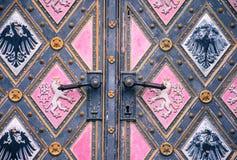 Tür der Basilika von St Peter und von St. Paul Church, Prag, Tschechische Republik stockbild