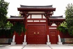 Tür der chinesischen Art in einem buddhistischen Tempel - XI `, China stockbild