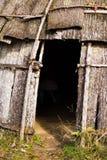 Tür der Hütte des amerikanischen Ureinwohners stockfotografie