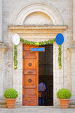 Tür der Kathedrale von Pienza, Toskana Stockbilder