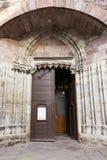 Tür der Kirche Notre-Freifrau-DU-Kampf-DU-Pont im Heilig-Jean-Gescheckt-De-Hafen, Frankreich lizenzfreies stockfoto