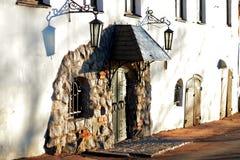 Tür in der mittelalterlichen Art mit Straßenlaternen Stockfoto