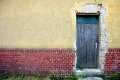 Tür in der Ziegelstein- und Pflasterwand Stockfotografie