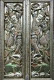 Tür des buddhistischen Tempels, gehämmert, gejagt lizenzfreies stockfoto