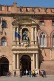 Tür des Palastes von Accursio im Marktplatz Maggiore von Bologna Italien Stockbild