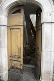 Tür des zerstörten Gebäudes nach dem Erdbeben Stockbilder