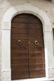 Tür des zerstörten Gebäudes nach dem Erdbeben Lizenzfreies Stockfoto