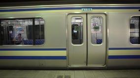Tür des Zugs 4K schloss auf Plattform Eisenbahn in Tokyo, Japan Asien-Metrostation stock footage