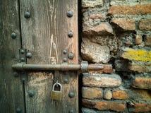 Tür-Detail des alten Turms in Goito, Mantua stockfotos