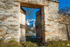 Tür, die zu einem Berg sich öffnet lizenzfreie stockfotografie