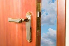Tür, die zum blauen Himmel sich öffnet Stockbilder