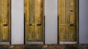 Tür drei im Gelb Lizenzfreie Stockbilder