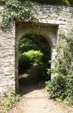Tür durch zu einem üppigen grünen Garten stockbilder