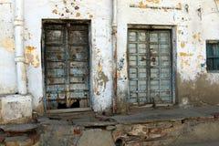 Tür - ein Loch in der Wand Stockbild