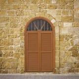 Tür in einer alten Backsteinmauer Stockfotografie