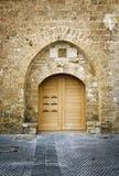 Tür in einer alten Backsteinmauer Stockfotos