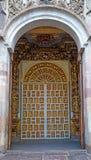 Tür einer alten Kirche Stockbilder